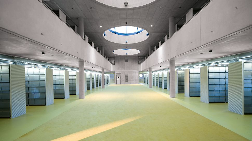 Knjižnica Königgrätz, Češka - arhitektonski koncept unutarnjeg oblikovanja pretpostavlja jasno vođenje linija i uredne strukture elemenata.