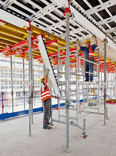 Četiri etaže montirane su pomoću lagane aluminijske SKYDECK panelne stropne oplate.