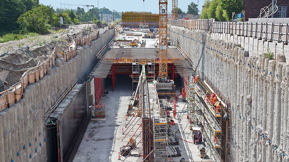 Nordhavnsvej Tunnel - The new 620 m long Nordhavensvej tunnel is being realized using the cut-and-cover method. The walls are concreted against the up to 25 m deep bore pile wall. Following this, the 80 cm slab is concreted by means of a Variokit slab formwork carriage.