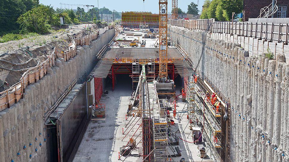 Tunnel für den Nordhavnsvej - Der 620 m lange Tunnel des neuen Nordhavensvej wird in offener Bauweise erstellt. Die Wände werden gegen die bis zu 25 m tiefe Bohrpfahlwand betoniert. Nachfolgend wird die 80 cm starke Decke mit einem Variokit Deckenschalwagen hergestellt.