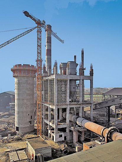 Tvornica cementa Ivano-Frankowsk, Ukrajina - zbog manjka prostora za skladištenje PERI je isporuke oplata i skela vremenski uskladio s tijekovima na gradilištu.