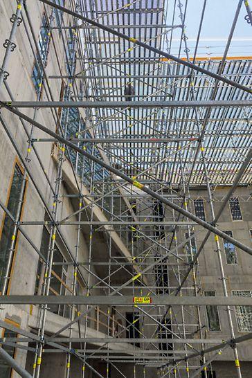 Rekonstrukce a vestavba hotelu Evropa, Mariánské Lázně: Prostorová konstrukce s horní podlahou a hliníkovými příhradovými nosníky.