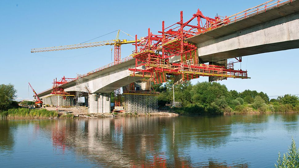 Brücke über den Dunajec, Tarnow, Polen - Zum Verfahren in den nächsten Abschnitt mittels hydraulischen Fahrzylindern benötigte das Baustellenteam lediglich 2 Arbeitsstunden.