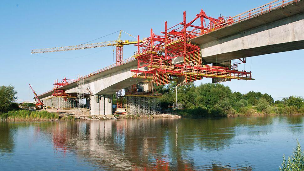 Pod peste Dunajec, Tarnow, Polonia - Mutarea echipamentului pentru următoarea etapă se realizează de către echipa de execuție cu ajutorul unor cilindri acționați hidraulic în numai 2 ore.