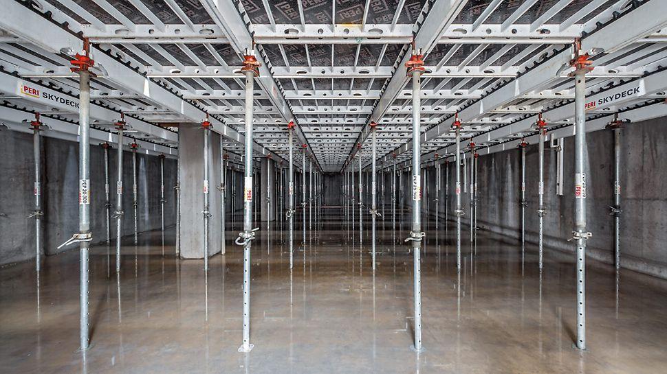 Halle bei der die Ortbetondecke mithilfe der SKYDECK Paneel-Deckenschalung mit leichten Einzelteilen aus Aluminum hergestellt wird.