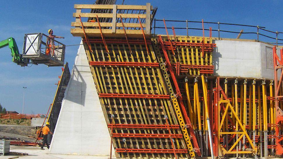 Ponte strallato sul Bacchiglione | Cassaforma VARIO, pre-assemblata e pronta all'uso, per un ottimo risultato estetico della finitura superficiale del calcestruzzo