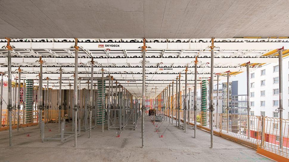 Halle bei der die Betondecke mithilfe der SKYDECK Paneel-Deckenschalung mit leichten Einzelteilen aus Aluminum hergestellt wird.