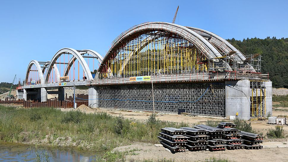 Mosty kolejowe nad korytem rzek Skawa i Stryszówka.