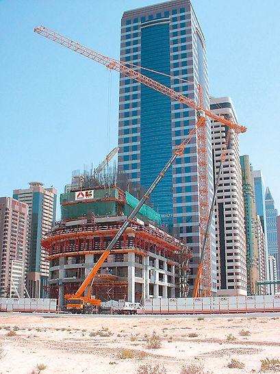 21st Century Tower, Dubai - ACS samopenjajući sistem omogućio je da se VARIO zidne oplate s nosačima na pravokutnoj jezgri dižu iz etaže u etažu neovisno o dizalici.