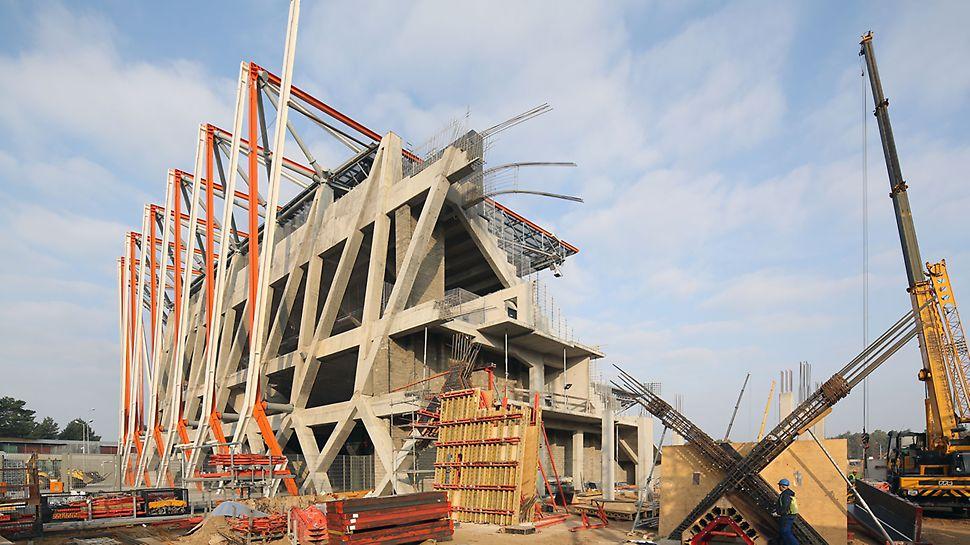 Ukończony i oddany do użytku pierwszy etap stadionu. Zamierzeniem autorów projektu było nawiązanie architekturą stadionu do jego otoczenia. Ażurowa, przestrzenna konstrukcja o wyjątkowo skomplikowanej geometrii, podkreślona jaskrawym kolorem elementów stalowych, dodaje dynamiki właściwej dla obiektu sportowego.