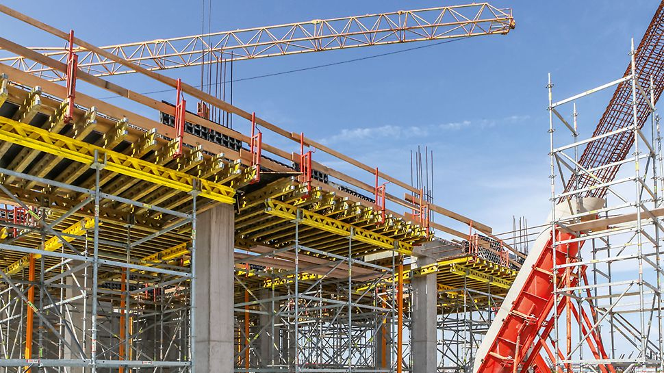 Using PERI SRS Circular Column Formwork, V-shaped columns with diameters up to 100cm could be realized. The first 6m high concreting section was supported by SRU Steel Walers and Heavy-Duty Spindles taken from the VARIOKIT Engineering Construction Kit.