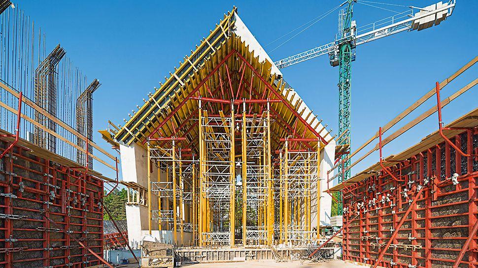 Mausoleum Michniów - MULTIPROP Lasttürme und mietbare VARIOKIT Systembauteile bilden bis zu 14,75 m hohe Traggerüste.