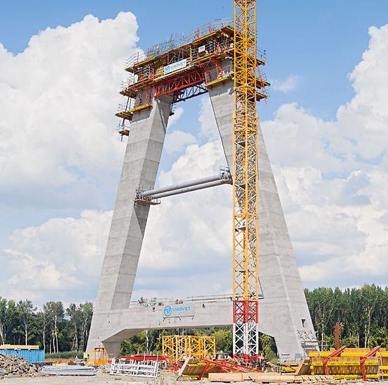 Diaľničný most cez rieku Dráva, Osijek, Chorvátsko - spojenie dvoch nôh pylónov pre podopretie