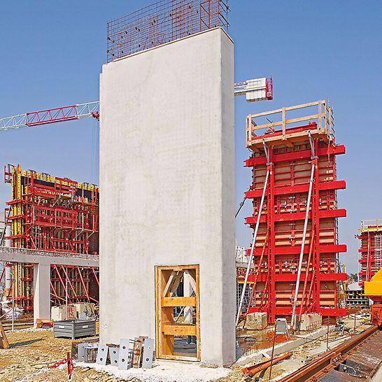 Zračna luka Toulouse-Blagnac, Francuska - zidne ploče dužine do 5,44 m i visine 9,72 m betonirale su se bez vidljivih sidrenih pozicija.