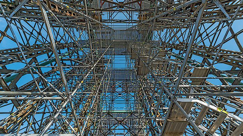 Pohled na plošinu v nejvyšším místě oblouku, doplněnou o výstupovou věž.