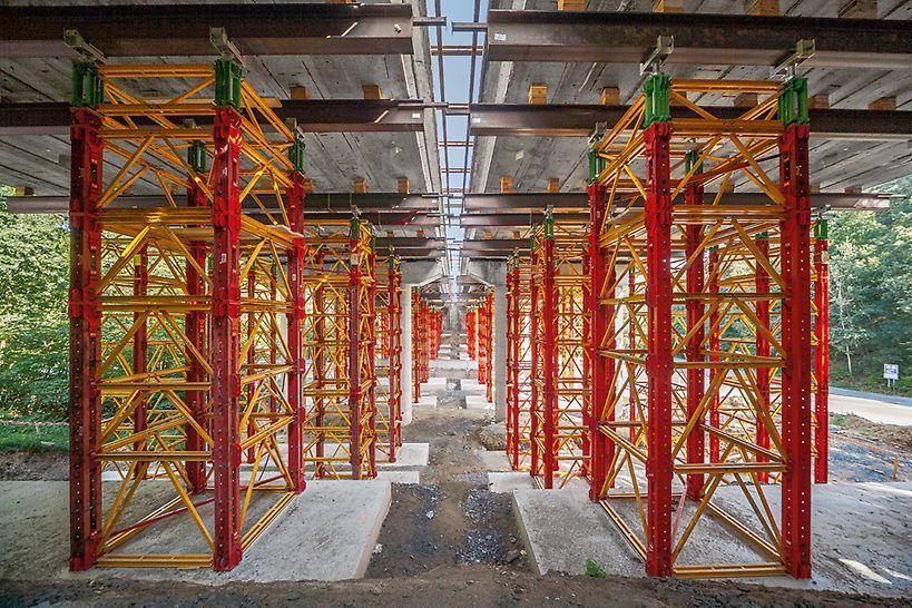 Vysokoúnosné VST podperné veže s hlavnými prvkami VARIOKIT stavebnice pre inžinierske stavby, ktoré majú nosnosť do 700kN na nohu.