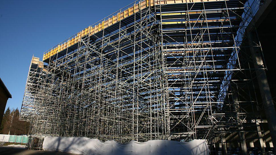 BMW IBU World cup Biathlon, Nové Město na Moravě: Zadní strana konstrukce lešení vytvářející doplnění stávající tribuny na stadionu.