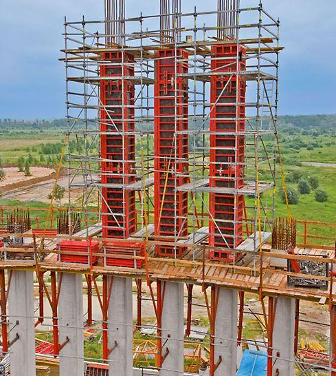 Rusztowania modułowe PERI UP Rosett na pomostach roboczych KG 240 oraz deskowania TRIO do ekonomicznej realizacji słupów żelbetowych.