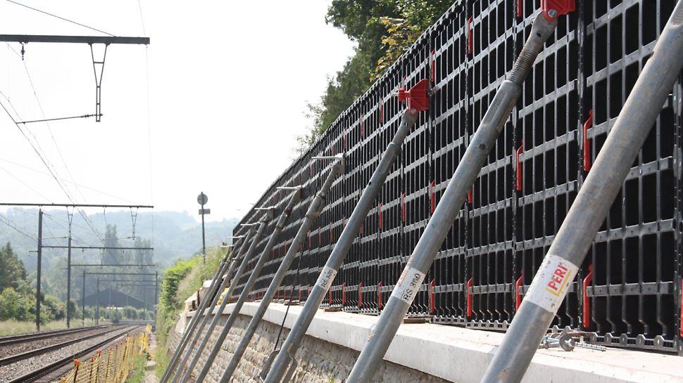 DUO gebruikt als wandbekisting voor het plaatsen van een afscheidingsmuur langs een spoorwegberm.