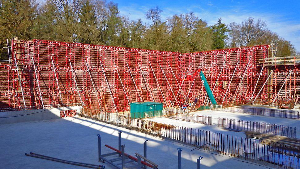 Pour couler les murs hauts en une seule opération et en hauteur, on utilise le Coffrage panneaux MAXIMO