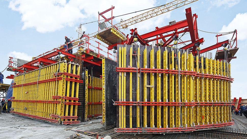 Evolution Tower: Nosníkové stěnové bednění VARIO GT 24 stěn jádra šplhalo s pomocí samošplhavého systému ACS po betonářských záběrech vysokých 4,30 m v pravidelném týdenním taktu.