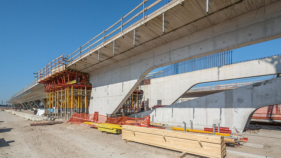 Eine hohe Tragfähigkeit von bis zu 90 kN kennzeichnet die MULTIPROP Stützen. Beim Schalen der Bahnsteige wurden die Stützen aus Aluminium unter den Deckentischen sowohl als Einzelstütze als auch als Stütztürme eingesetzt.