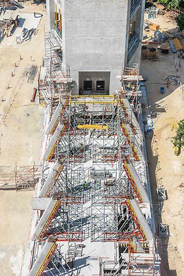 Dubai Frame, Vereinigte Arabische Emirate: Die zukünftige Ausstellungsfläche deckt das gesamte Gebiet zwischen den 90 m entfernten Türmen ab. Die 24 geneigten Säulen von je 7 m Höhe wurden mit VARIO GT 24 geschalt. Das Modulgerüst PERI UP Flex wurde als Traggerüst für die Deckenschalung MULTIFLEX und gleichzeitig als Zugangsgerüst eingesetzt.