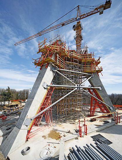 Televizní věž Avala: Dokonale přizpůsobené podpěrné a pracovní lešení optimálně doplnilo ekonomicky výhodné řešení bednění.