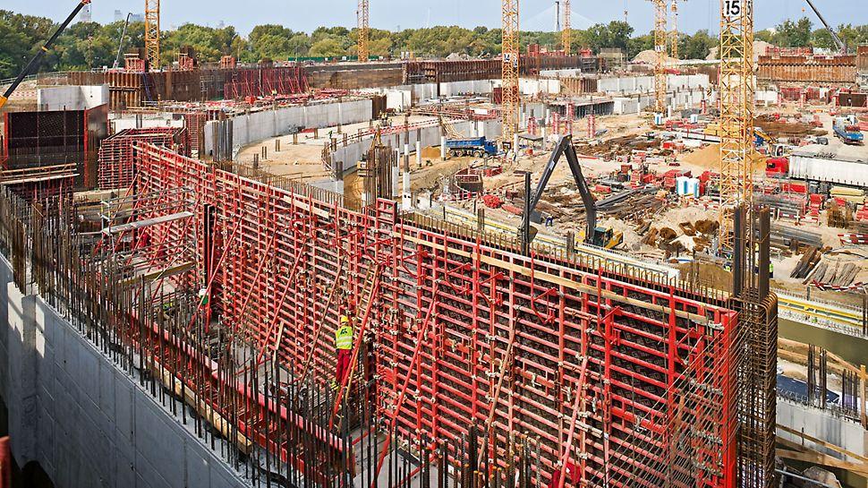 Národní stadion Varšava: Rámové bednicí systémy TRIO a DOMINO byly univerzálně použité pro výrobu základů a stěn a umožnily dosažení velmi krátkých časů obedňování a odbedňování.