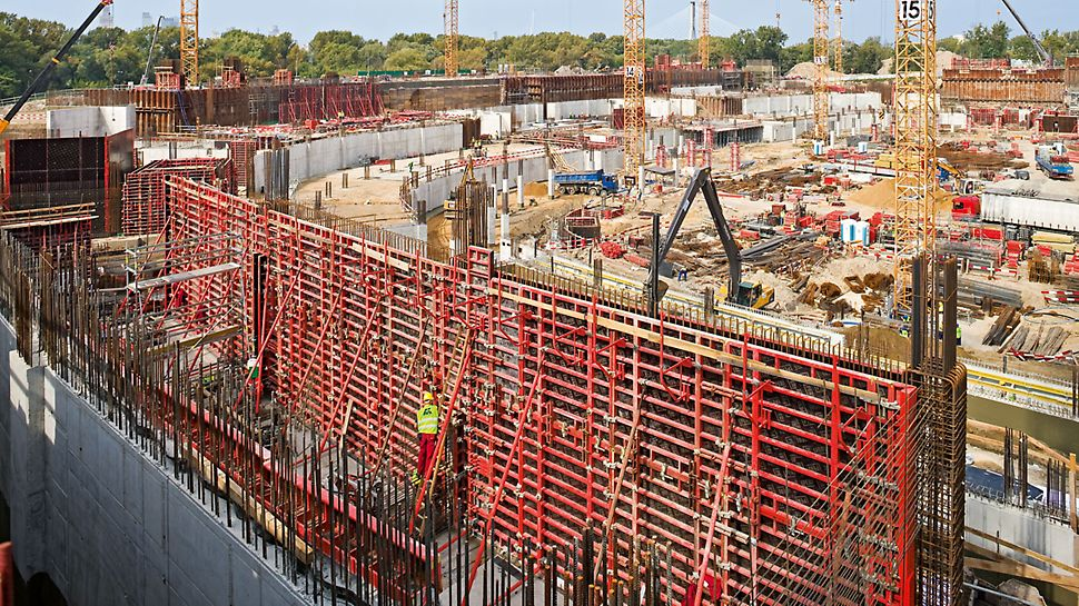 National stadium Kazimierz Górski, Warsaw, Poland - The TRIO and DOMINO panel formwork systems were used for the foundations and the walls and ensured fast forming times.