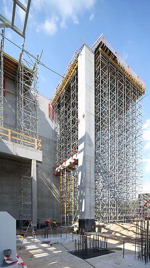 Podparcie głównego stropu wspornikowego bunkra o wysokości 20 m. Dzięki zastosowaniu PERI UP Rosett i ST 100 możliwe było dostosowanie się do zmiennej geometrii podciągów i podłoża.
