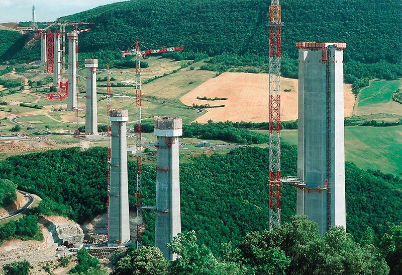 Viaduc de Millau, Francie: Vozovka mostu je umístěna na různě vysokých pilířích, nejvyšší z nich měří 245 m.