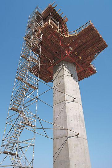 Ponte sobre o rio Guadiana, Mourão - A montagem simples e a elevada estabilidade das escadas de andaimes PERI UP facilitam os trabalhos de cofragem.