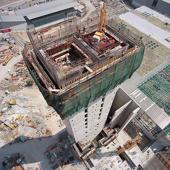 Veletržní centrum Bilbao: Nosníkové stěnové bednění VARIO na šplhavých lávkách ACS na 98 m vysokém jádru budovy.