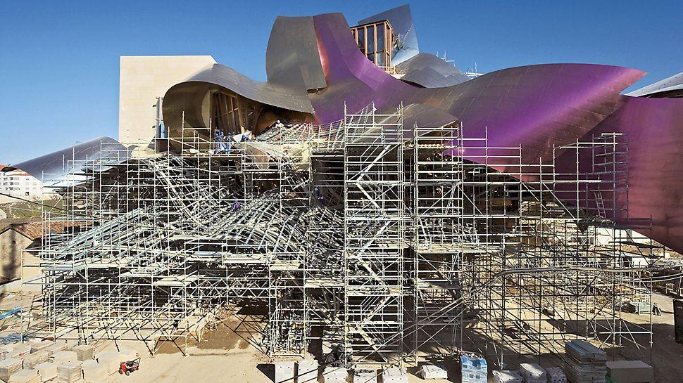 Hotel Marques de Riscal: Kanadský architekt Frank O. Gehry vyprojektoval komplex budov, který se skládá z více různě do sebe zapadajících kvádrů a smělou střešní konstrukcí, jejíž titanový plášť vzbuzuje dojem jakoby se volně vznášel.