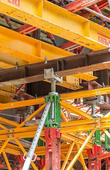 Głowica VST umożliwia płynną regulacje wysokości i rozdeskowanie za pomocą siłowników hydraulicznych.