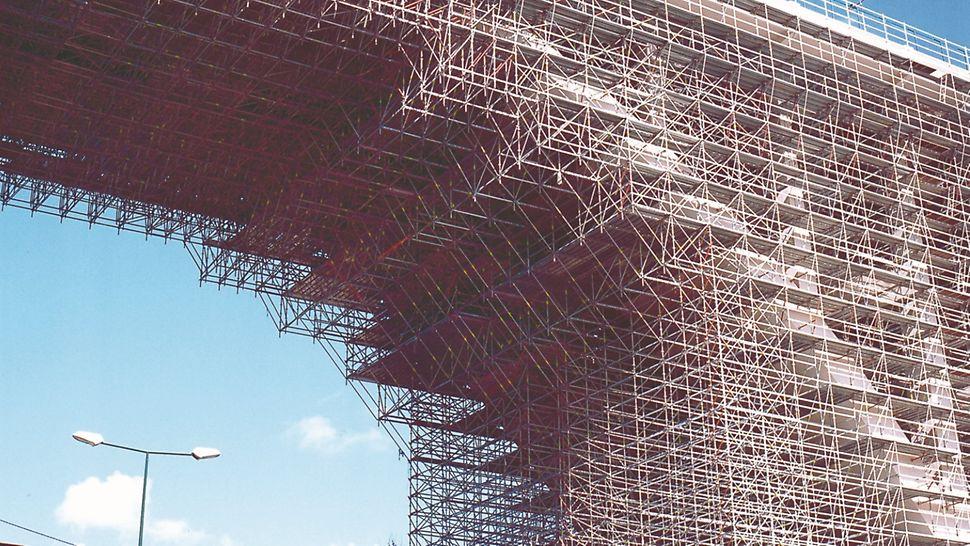 Viaduto Duarte Pacheco - Cobertura total do arco principal, com amis de 25 metrso de altura, com sistema PERI UP Rosett