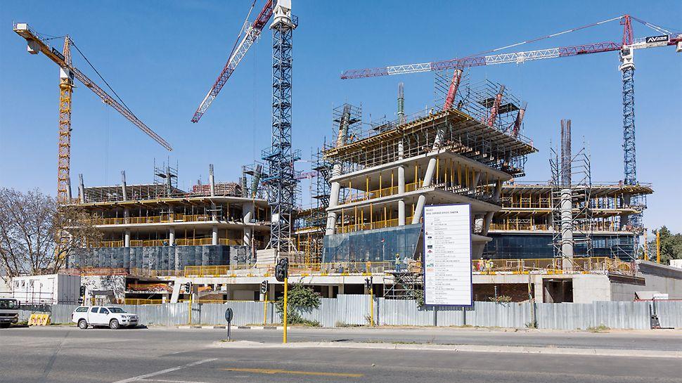 Administrativní budova je ozdobena šikmými konstrukcemi a vyloženými stropními deskami.