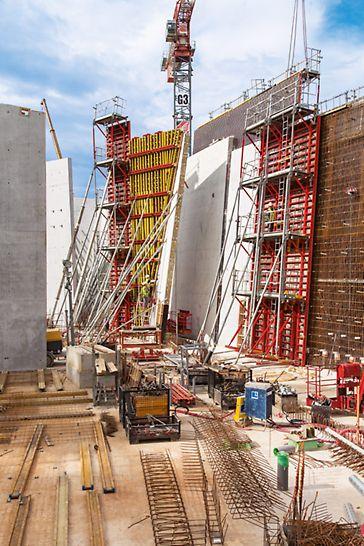 Návštěvní centrum Lascaux IV: Kombinace stěnového bednění TRIO a VARIO umožnila vytvoření 13,50 m vysokých stěn s variabilními sklony.
