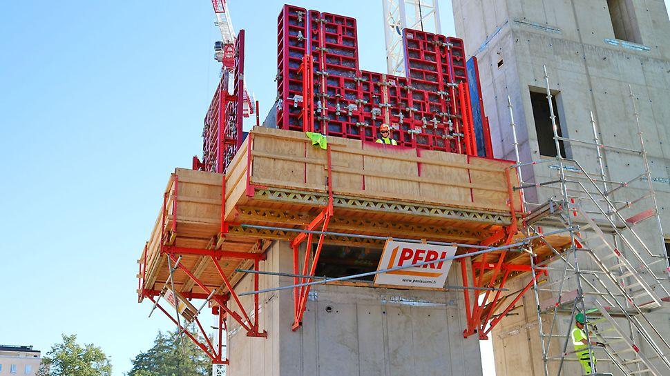 11 kappaletta kuiluja valettiin valmiiksi esiasennetuilla CB 240 –työtasojärjestelmillä yhdessä MAXIMO-järjestelmämuotin kanssa.