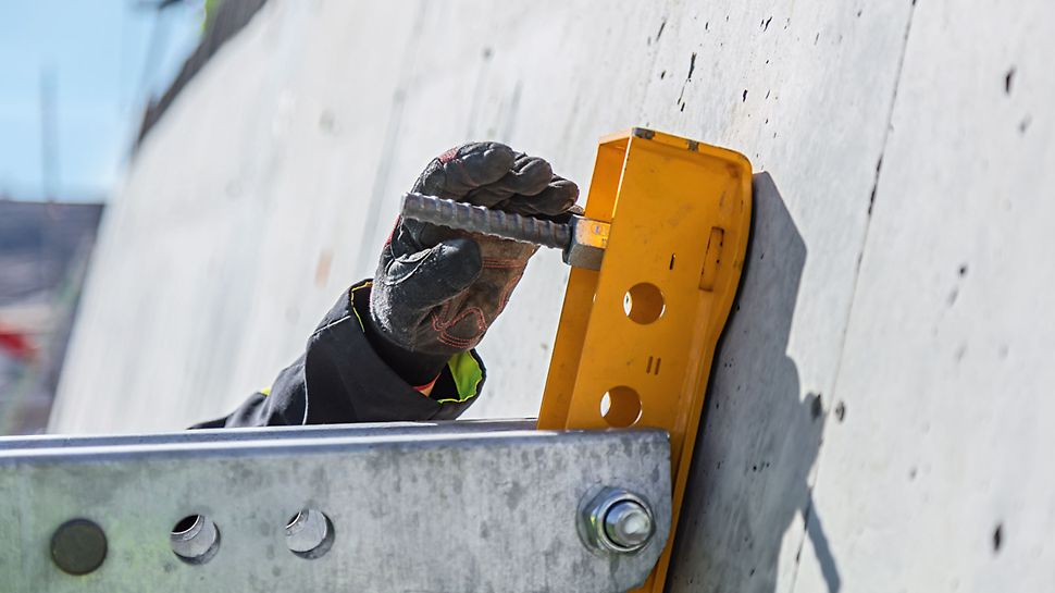 The clamping holes of the wall formwork can be used for anchoring the Wall Supports. The well-thought-out anchoring procedure reduces costs.