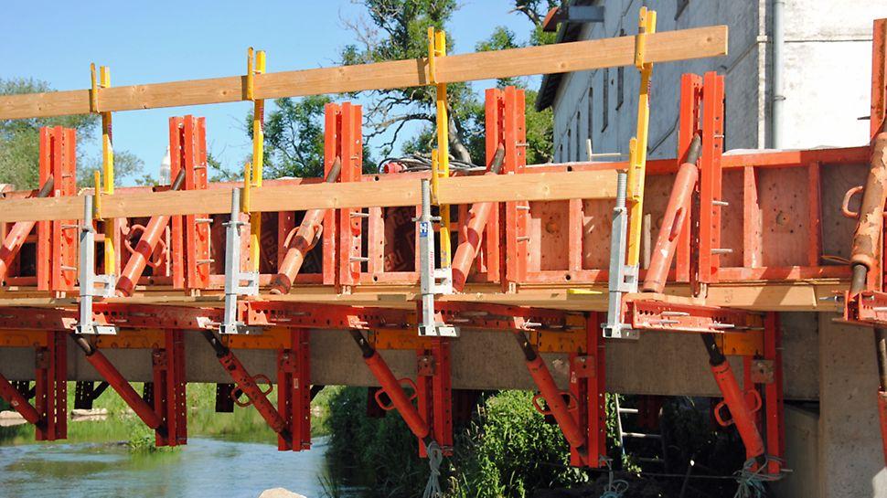 VARIOKIT konstruktionsmoduler brugt til arbejdsdæk og til fastholdelse af form til kantforskallingen.