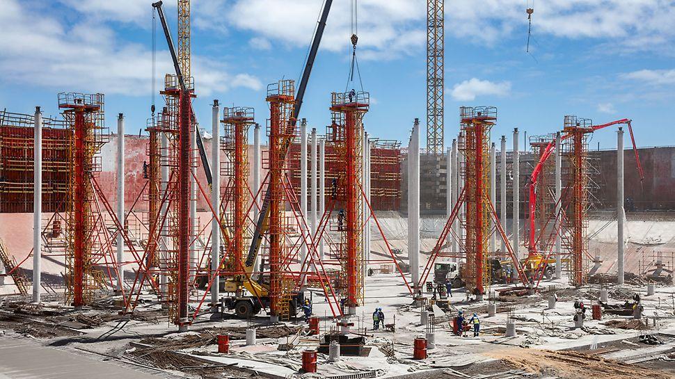 Die Betondecken der Tanks werden von insgesamt 2.400 Betonsäulen mit 17 m Höhe und 50 cm bzw. 60 cm Durchmesser gehalten. Die projektspezifisch verstärkte SRS Säulenrundschalung musste im Stehen gereinigt und geölt werden können.