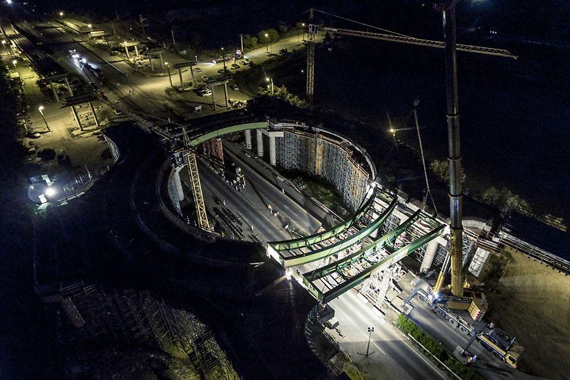 Az öszvér felszerkezetű híd acél főtartóinak beemelése éjszaka, teljes útzár alatt történt. (Fotó: Dernovics Tamás/magyarepitok.hu)