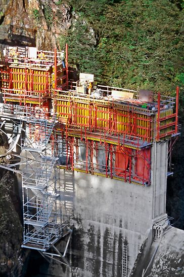 The VARIO formwork for the vertical edge areas was climbed on CB Platforms.