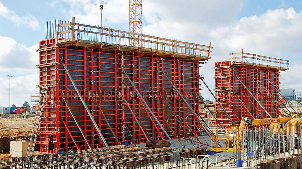 Papírny Palm: Pro výrobu masivních železobetonových stěn, vysokých 6,60 m, bylo TRIO 330 nastaveno a doplněno betonářskými lávkami TRIO.