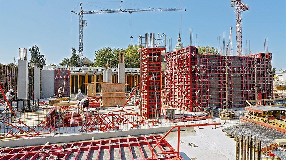 Das eingespielte Baustellenteam, die MAXIMO Rahmenschalung und die TRIO Säulenschalung sorgen dafür, dass die Herstellung der Wände und Stützen dem rasanten Tempo folgen kann.