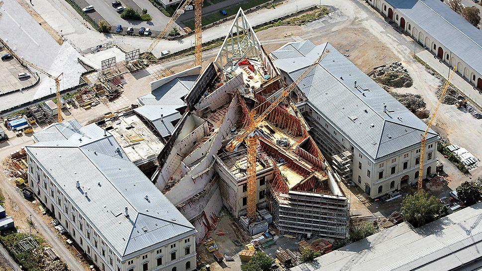 Vojenské historické muzeum Drážďany: Mimořádná stavba architekta Daniela Libeskinda: 100 m dlouhá a do výšky 30 m se tyčící konstrukce z oceli a skla ve tvaru šípu protínajícího historickou budovou zbrojnice.