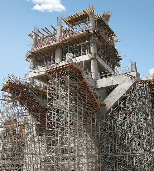 Složena PD 8 nosiva skela prilikom izgradnje kosih betonskih površina tržnog centra.