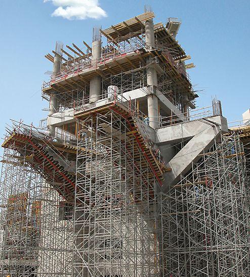 Podpěrná věž PD 8: Komplikované podpěrné lešení PD 8 s nakloněnými betonovými plochami na stavbě nákupního centra.